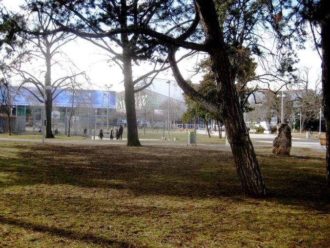 marzpark-im-hintergrund-die-stadthalle_verkleinert